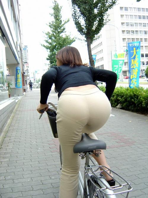 【エロ尻】プリプリのお尻が着衣越しに丸わかりでエロいww(画像30枚)