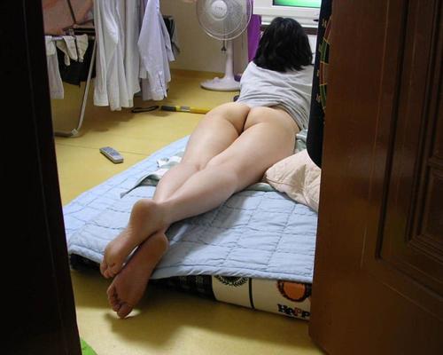 下半身だけ裸の素人娘がエロッww家庭内やラブホで撮った画像19枚