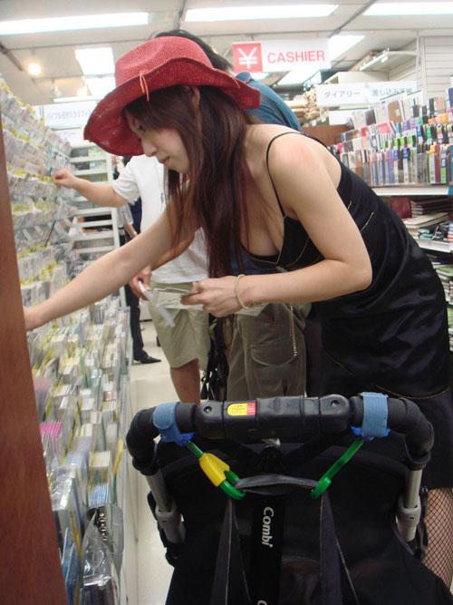 買い物中の素人さん達のおっぱいが無防備過ぎて撮影された胸チラ画像