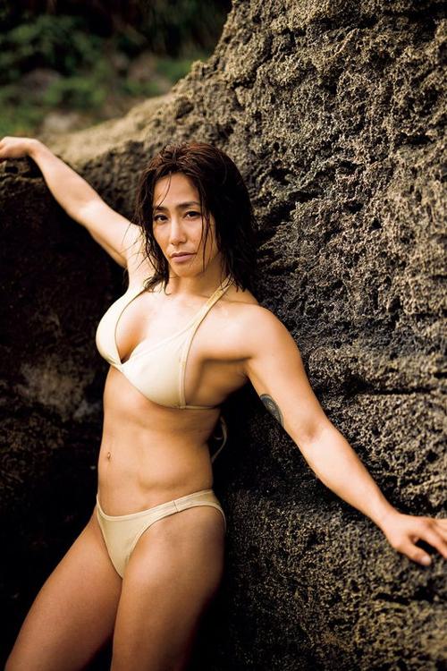 美人総合格闘家の山本美憂がセミヌード写真集を発売し、最初で最後の限界露出に挑戦ww