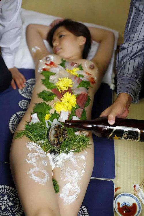 女体盛りでおっぱいをつまみに生アワビでワカメ酒4