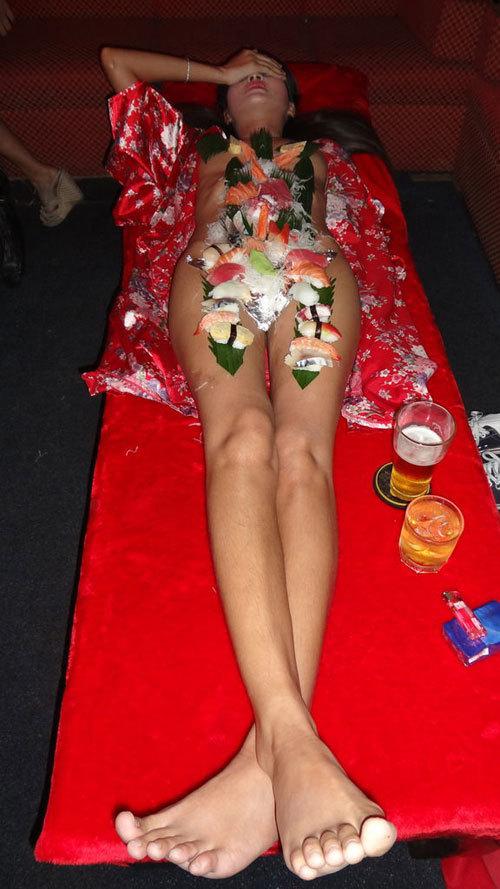 女体盛りでおっぱいをつまみに生アワビでワカメ酒18