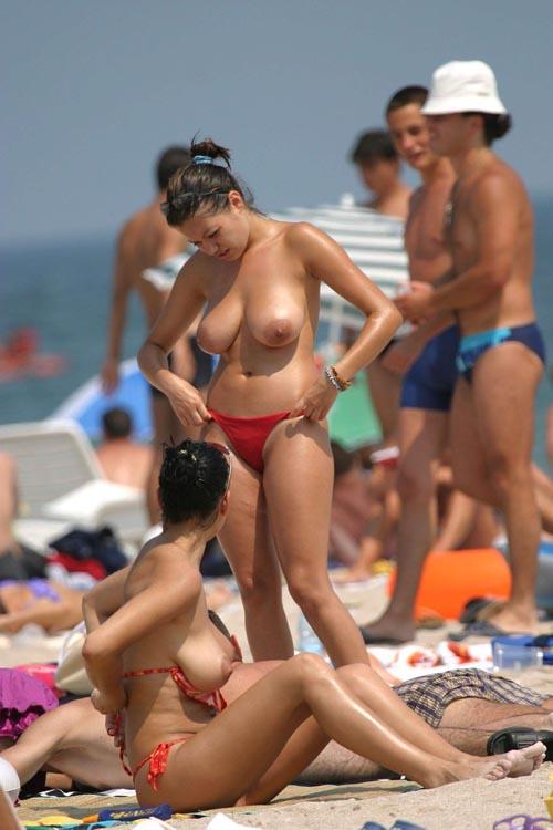 ヌーディストビーチで惜しげも無くおっぱい晒す外人さんのエロ画像