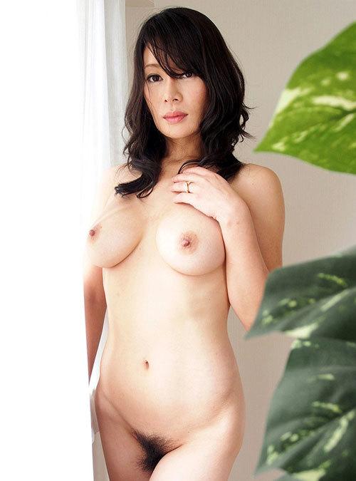全裸でおっぱいとマン毛まで丸出しのお姉さん21
