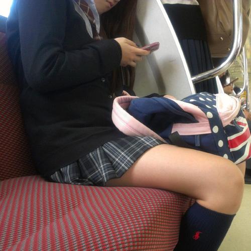 【電車盗撮エロ画像】美脚女子校生の下半身を中心に隠し撮り…綺麗な脚に思わず勃起しちゃうwww