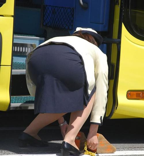 勤務中のバスガイドさんのお尻を狙った街撮りの素人画像34枚