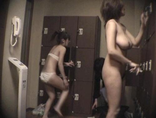 【女湯着替え盗撮エロ画像】スーパー銭湯の脱衣所で素っ裸になる素人さんを覗きたくなるwww