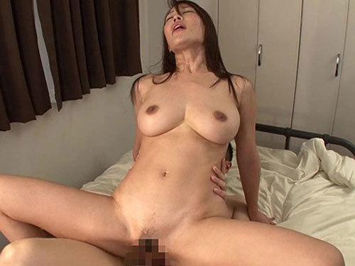 凛音とうか 欲求不満の巨乳妻は旦那が出かけて2秒で義息子とセックス
