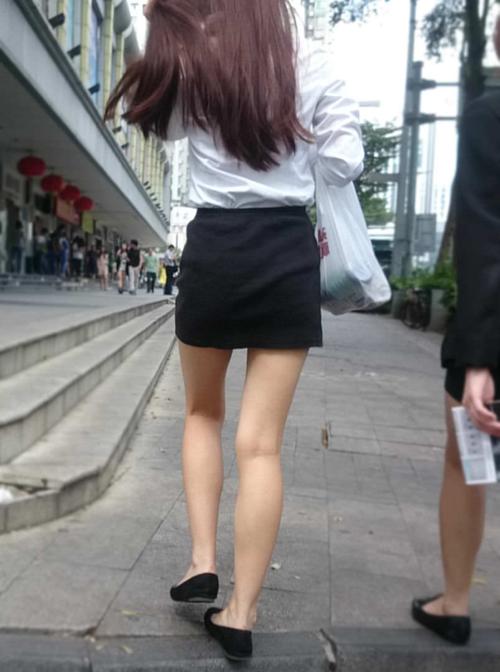 【ミニスカ女子エロ画像】太もも丸出しの素人美脚を街撮り…たっぷりチラリズムを堪能するwww