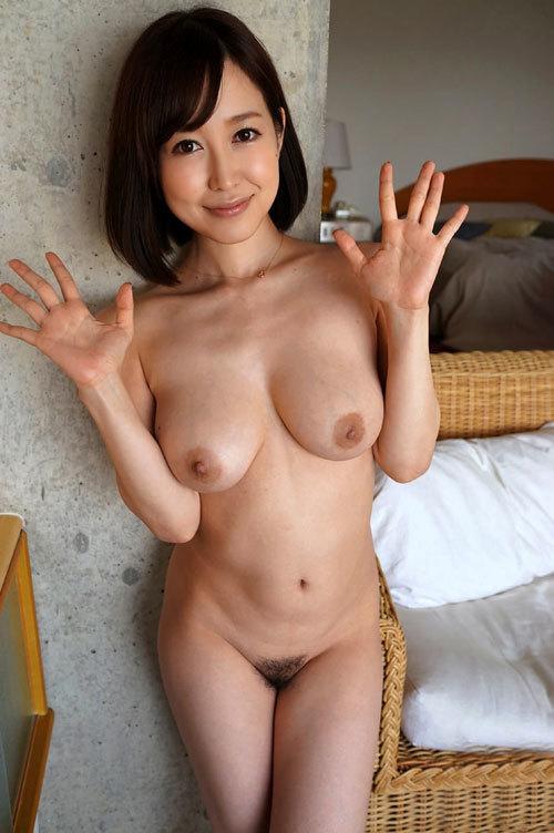全裸でおっぱいとマン毛をモロ出しのおねえさん6