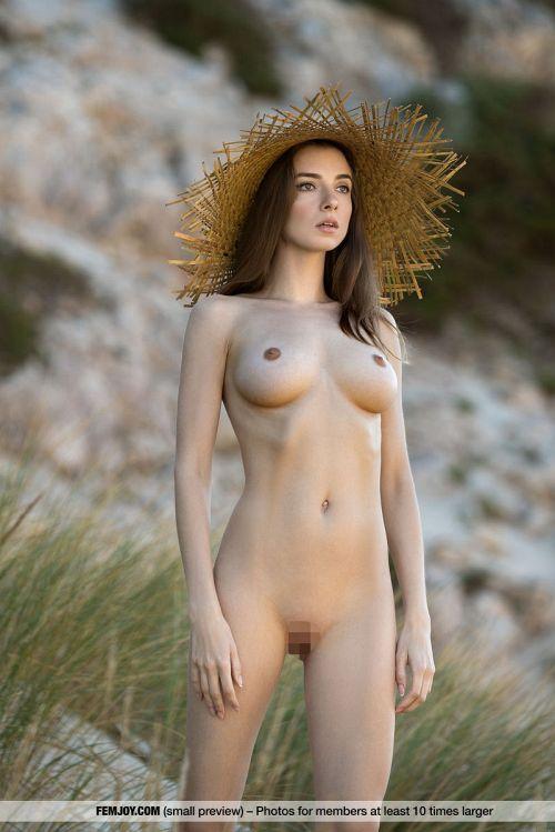 女神じゃないなら、ラ○ドールにしか見えんwとんでもなく美しくてエロい身体を持つ美女の美麗ヌードグラビアww # 外人エロ画像
