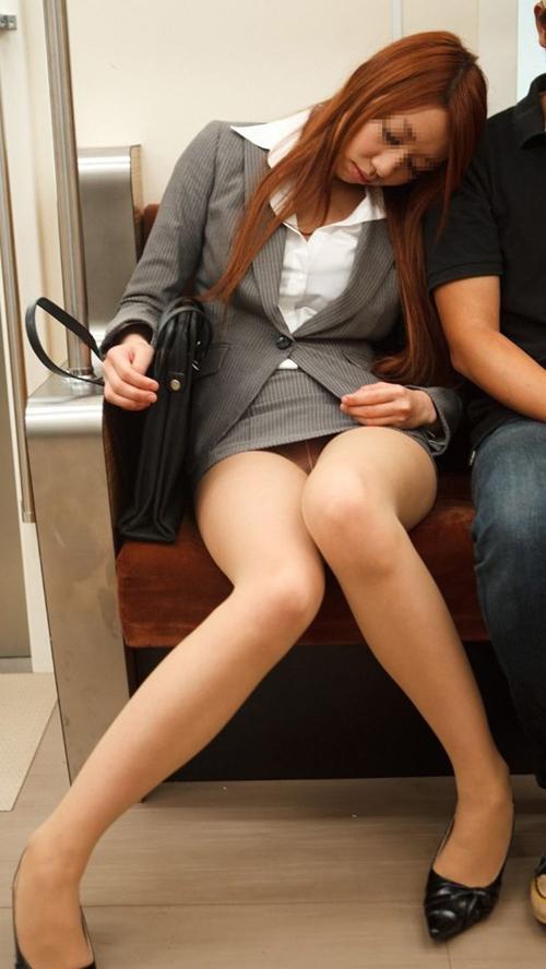 【素人パンチラ盗撮エロ画像】電車の中でミニスカ女子のパンツ丸見え…ラッキーな瞬間を見逃さないwww