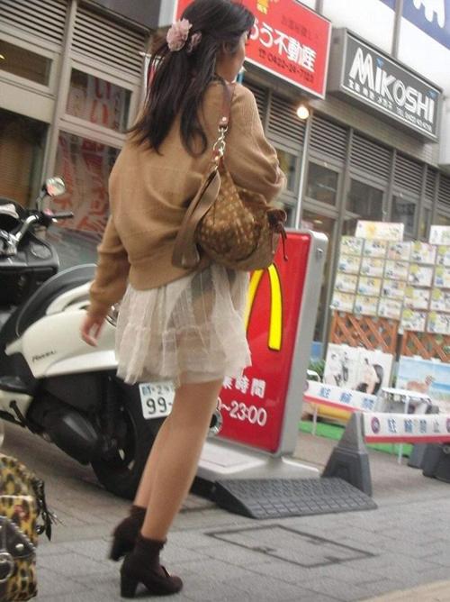 【透けパン盗撮エロ画像】お姉さんの下着が見えてるからケツに注目…男なら誰でも凝視するレベルwww