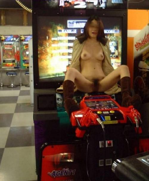 営業中の店内でマンコを晒す素人の露出画像