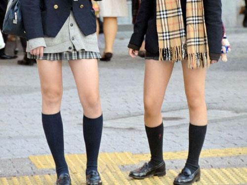 【JK素足エロ画像】大人を魅了するウブな制服娘の美脚を欲望赴くままに堪能しまくるwww