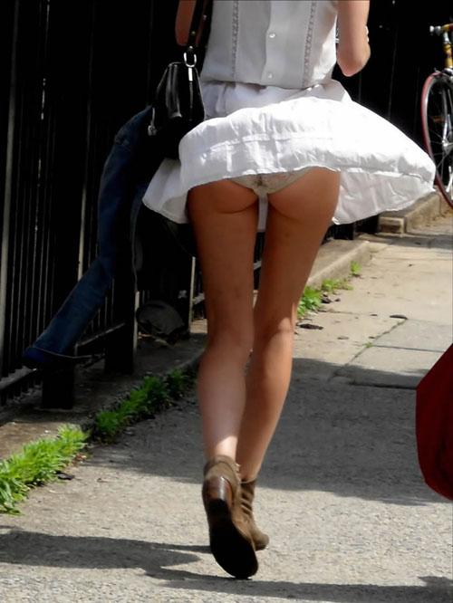 【風チラ盗撮エロ画像】ミニスカートと強風の組み合わせは堪らん…自然にパンツがモロ見えwww