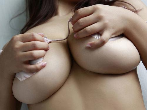 下からぷりっとはみ出し過ぎなおっぱいの下乳の盛り上がりに見惚れちゃう