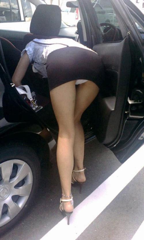 【素人盗撮エロ画像】スカート女性が前に屈んだ時にパンチラして本人は全く気づいてない様子www