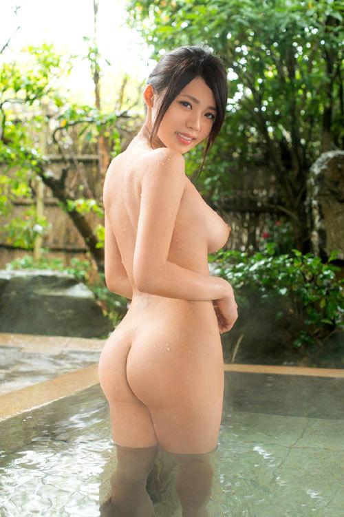 露天風呂でおっぱい丸出しのお姉さんを覗き見3