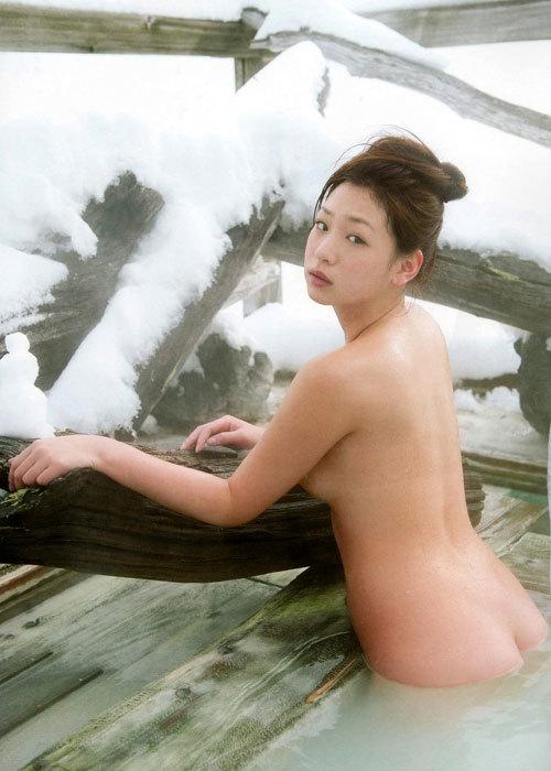 露天風呂でおっぱい丸出しのお姉さんを覗き見20