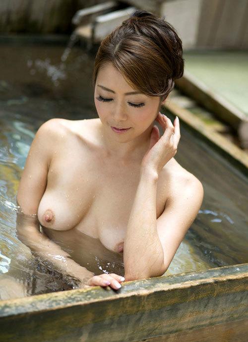 露天風呂でおっぱい丸出しのお姉さんを覗き見21