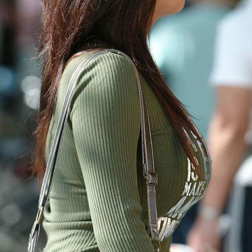 おっぱいデカ過ぎてニットで強調した着衣巨乳のお姉さんに股間も膨らむ