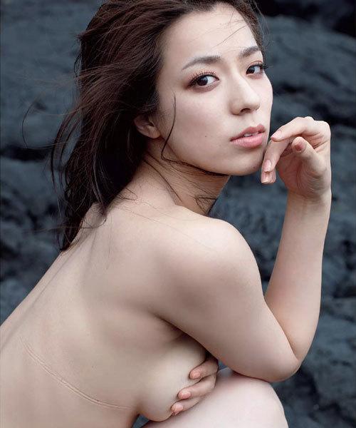 小瀬田麻由 柔らか美巨乳おっぱいが手ブラで潰れて横からはみ出ちゃう