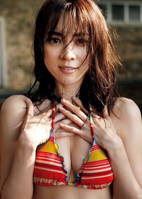 モデル安座間美優が本気で魅せる 超絶美尻とエッチな水着