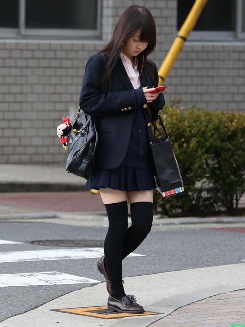 【JKニーソックス盗撮エロ画像】女子校生が黒ニーソを履いて強調されてる太ももがスケベすぎるwww