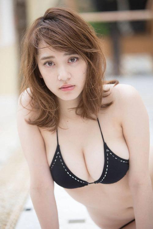 都丸紗也華ビキニに収まり切らない爆乳おっぱい34