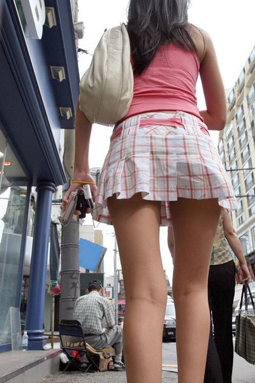 【美脚エロ画像】正直触れてみたくなる街角のそそる雌の美脚(;^ω^)