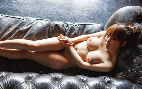 【寝乳】寝そべっても美乳のままの綺麗なお姉さんの仰向けおっぱい画像