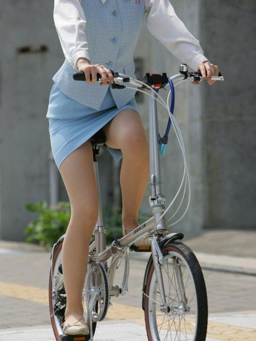 【OL自転車盗撮エロ画像】素人お姉さんのタイトスカートからパンツ見えそうな時があるwww