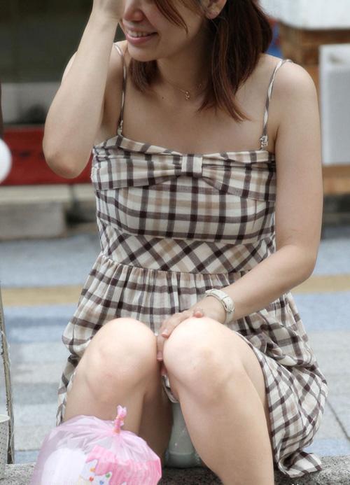 【パンチラ盗撮エロ画像】ワンピース女性を狙いパンツを覗く!清純っぽくてぐうシコだねwww