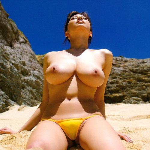 海や砂浜でおっぱい丸出しのお姉さんを見たい♪