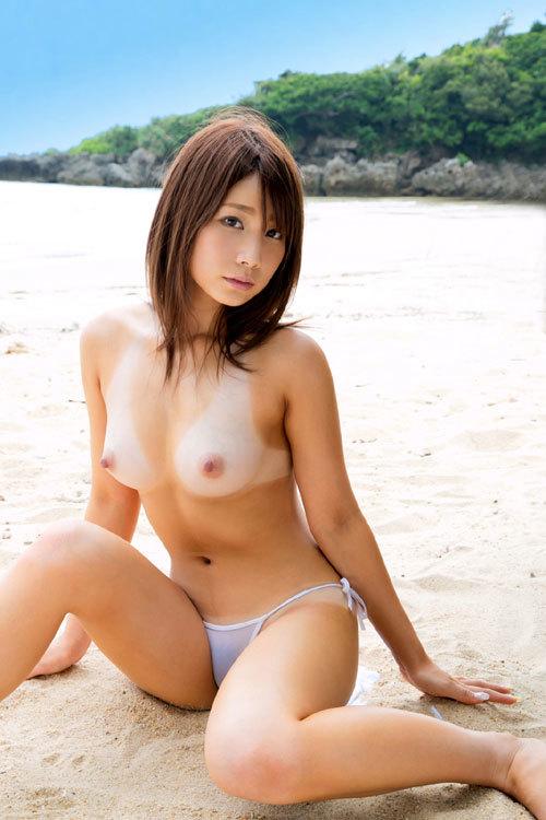 海や砂浜でおっぱい丸出しのお姉さんを見たい4