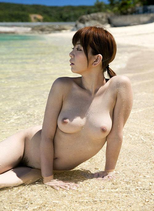 海や砂浜でおっぱい丸出しのお姉さんを見たい12