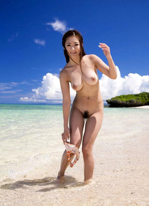 海や砂浜でおっぱい丸出しのお姉さんを見たい25