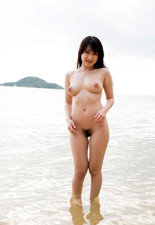 海や砂浜でおっぱい丸出しのお姉さんを見たい29
