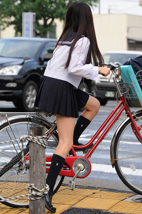 【JK自転車盗撮エロ画像】街中で制服姿の女の子の美脚がかなり気になるwww