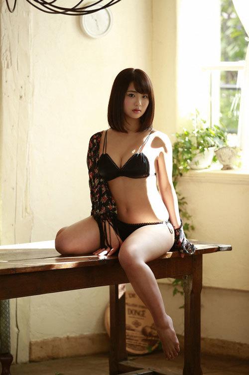 平嶋夏海ちゃんの手ブラおっぱいとエロボディ1