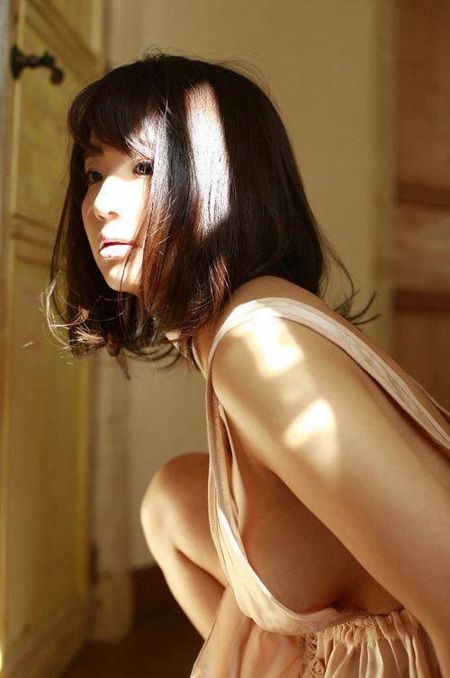 平嶋夏海ちゃんの手ブラおっぱいとエロボディ40