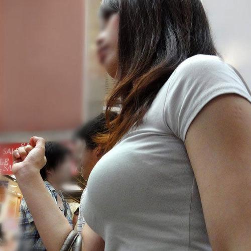 おっぱいがデカ過ぎて胸元がパツパツに膨らんでいる素人の着衣巨乳娘