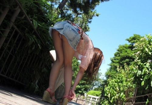 【超ミニスカ盗撮エロ画像】スカート丈が短すぎて常にパンチラ状態…股間にしか目線が行かないwww