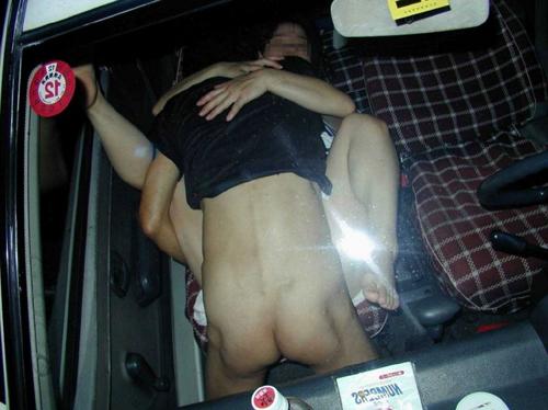 【車内盗撮】覗かれてるのに気づかずカーセックスに夢中な素人カップルが凄い!