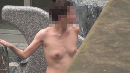 【露天風呂盗撮エロ画像】素人女性が開放的になって女体を望遠レンズで鑑賞されるwww