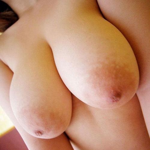おっぱいがデッかくて驚くほど乳輪が巨大化してる女の子の乳房に釘付け