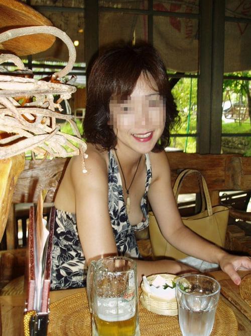 素人のおばさんの乳首チラ画像!長くて黒くて熟女の乳首はほんと良く目立つwww