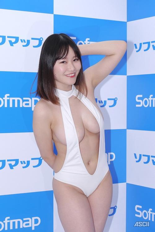 踊るロケット爆乳を持つ新人グラドル東坂みゆがソフマップでスケベ水着姿を見せてた件