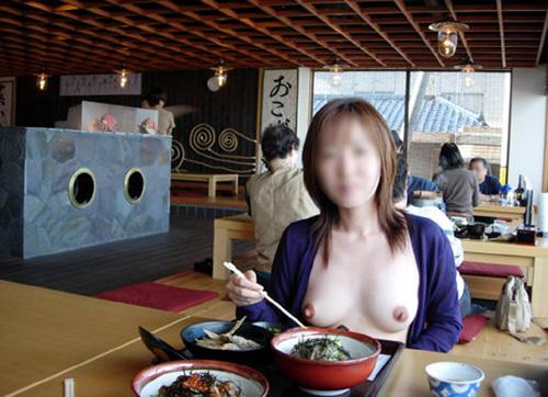 【店内露出エロ画像】飲食店で衣服をはだけさせてオッパイを晒す素人変態女…目撃したら勃起不可避だよwww